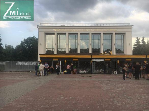 Крига скресла: у центрі Черкас демонтували один квітковий павільйон
