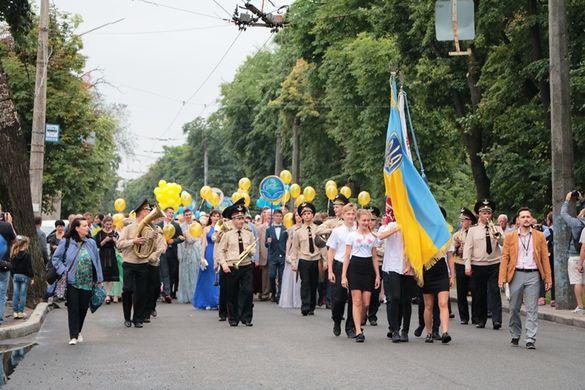 Вишукані сукні та елегантні костюми: черкаські випускники пройшли ходою в центрі міста (ФОТО)