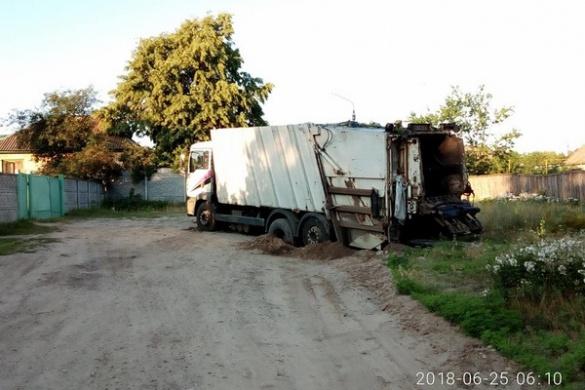 В одному з районів Черкас застряг сміттєвоз (ФОТО)