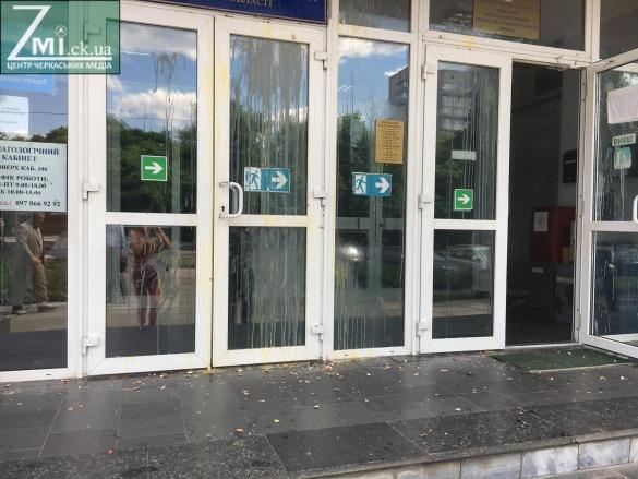 АТОвці закидали яйцями Держгеокадастр Черкащини (ФОТО)