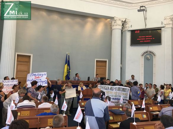 Співають народні пісні: трибуну Черкаської облради заблокували (ФОТО)