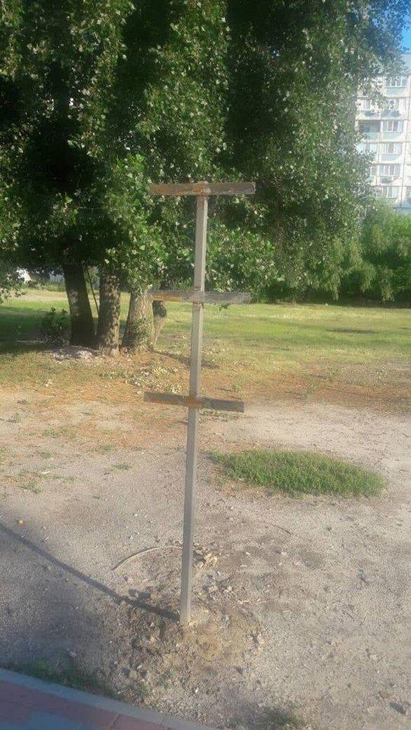 В одному із черкаських скверів невідомі повідривали таблички та перевернули урну (фото)