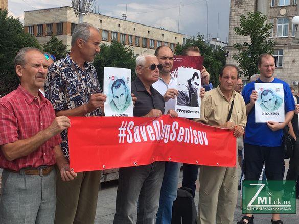 Написали листа до Трампа: у центрі Черкас проходить акція на підтримку Сенцова (ФОТО)