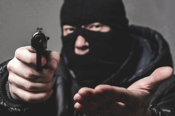 Погрожували пневматичним пістолетом: у Ватутіному стався розбійний напад