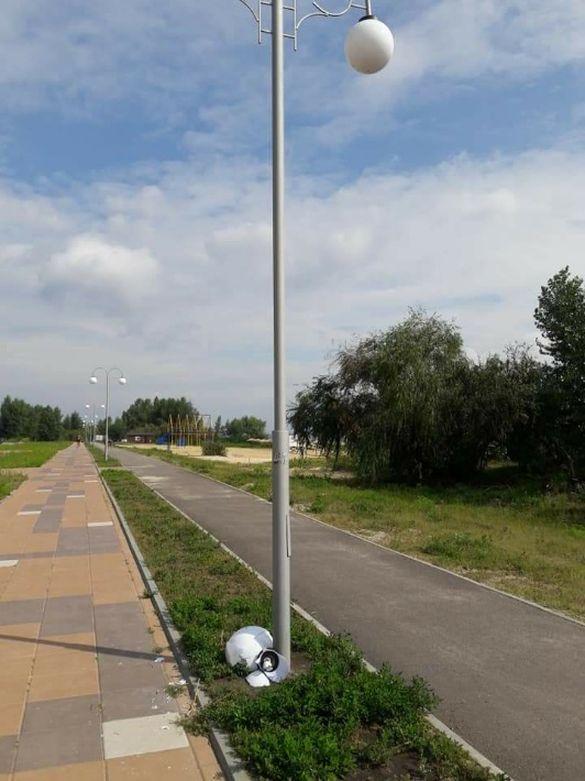 Невідомі зламали ліхтар в одному з мікрорайонів Черкас (фотофакт)