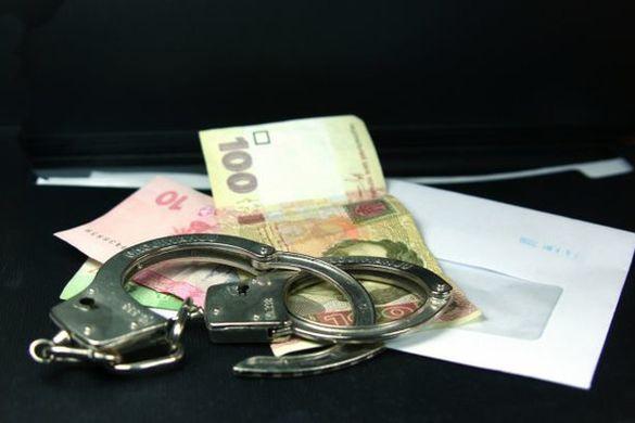 Державну виконавицю з Черкащини обвинувачують у хабарництві