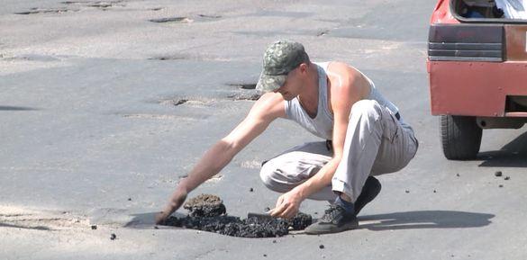 Смілянин самотужки латає ями на дорогах міста (ВІДЕО)