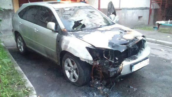 Невідомі підпалили люксову автівку в Черкасах (ФОТО)