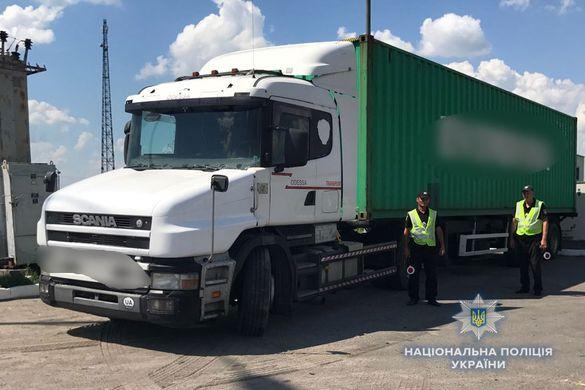 Без документів і з підробленою накладною: на Черкащині затримали водія, який перевозив деревну (ФОТО)