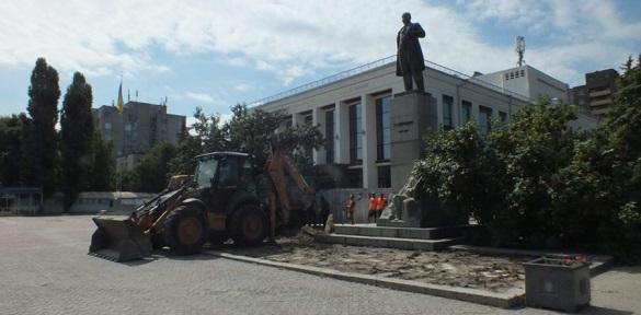 Біля черкаського драмтеатру облаштовують прилеглу територію (ВІДЕО)