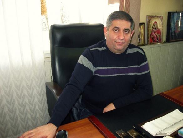Черкаський бізнесмен власноруч почав боротися із амброзією в місті (ВІДЕО)