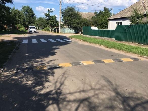 На черкаських дорогах встановлюють нові лежачі поліцейські (ФОТО)