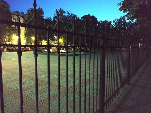 Територію ЧДТУ огородили парканом: містяни обурені