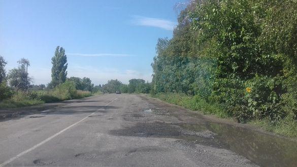 Недолатали: на щойно відремонтованій дорозі від Сміли до Ротмістрівки залишилися ями