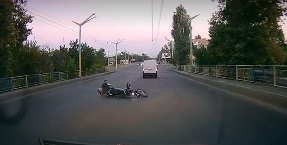 На мосту Хіміків сталася ДТП за участі мотоцикліста (ВІДЕО)
