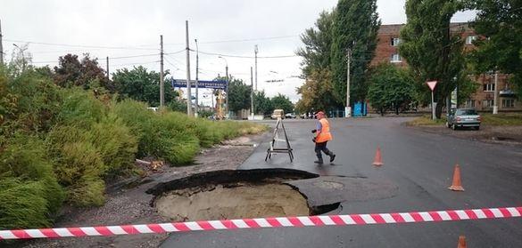 На дорозі однієї з оновлених вулиць у Черкасах утворилося провалля (ФОТО)