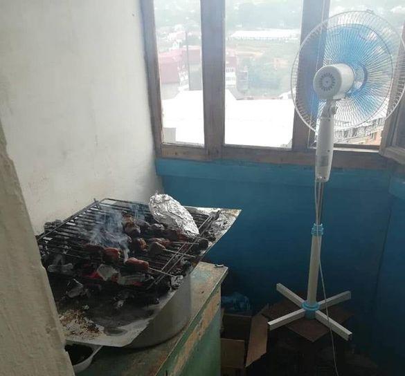 В Умані хасиди смажили м'ясо на балконі (ФОТО)