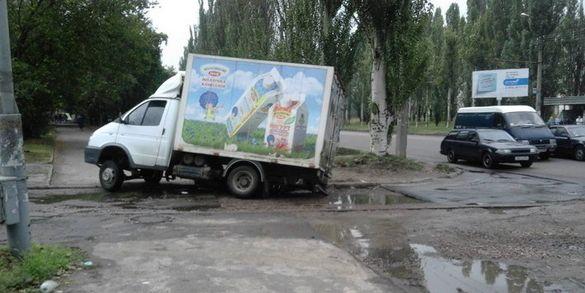 На одній із вулиць Черкас в яму провалився автомобіль (ФОТО)