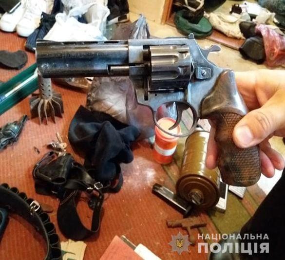 Черкащанин зберігав удома цілий арсенал зброї та два мішки наркотиків (ФОТО)