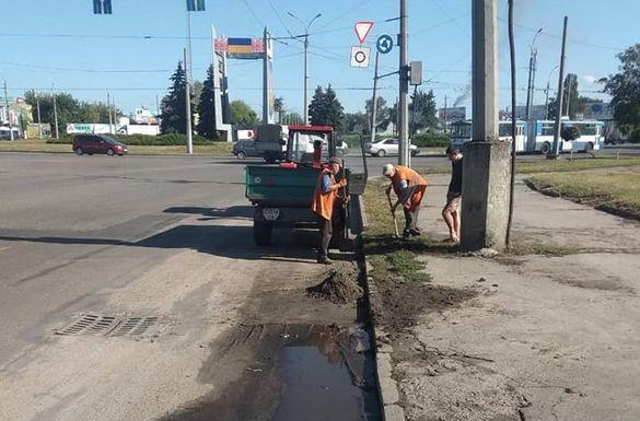 Черкаські комунальники прибирають місто до свята