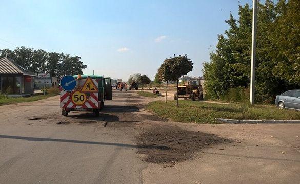 Довгоочікуваний ремонт: на дорозі до Геронимівки латають ями (ФОТО)