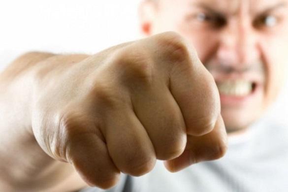На Черкащині компанія молодиків влаштувала розправу над чоловіком біля крамниці (ВІДЕО)