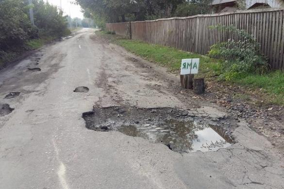 Немає сил терпіти: на Черкащині селяни вирішили креативом боротися проти ям на дорозі (ФОТО)