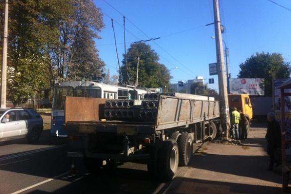 Вантажний автомобіль пошкодив бетонну опору в Черкасах через ДТП (ФОТО)