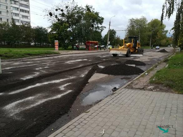 У Черкасах полатали дорогу, де напередодні застряг тролейбус (фотофакт)
