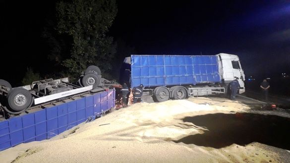 ДТП з переворотом: на Черкащині вантажівка злетіла з траси в кювет