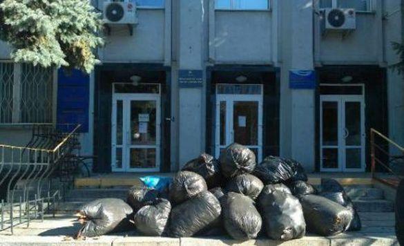 Біля черкаського суду комунальники залишили купу сміття (ВІДЕО)