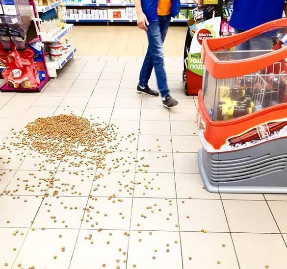 У супермаркеті в Черкасах п'яний чоловік прогрожував усім ножем