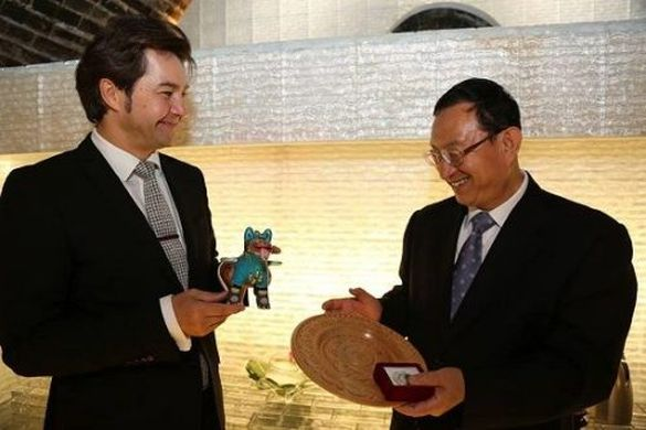 Майстриня із Черкащини здивувала подарунком високопосадовця із Китаю