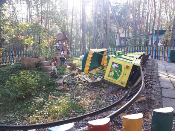 Дістали: у черкаському парку знову поорудували вандали (ФОТО)