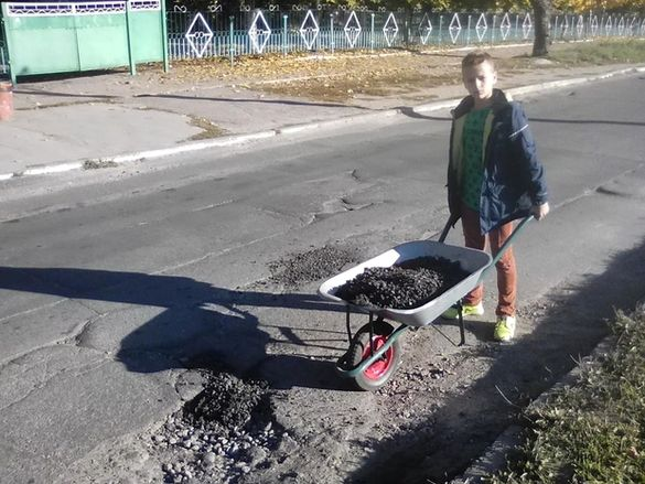 У Черкасах чоловік із сином власними силами ремонтують розбиту вулицю (ФОТО)