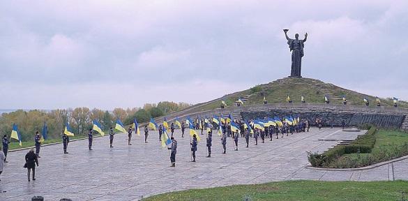 Черкащани поклали квіти до меморіалу на Пагорбі Слави (ВІДЕО)