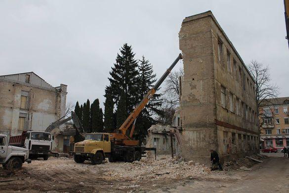 Згорілий корпус черкаського університету зносять (ФОТО)