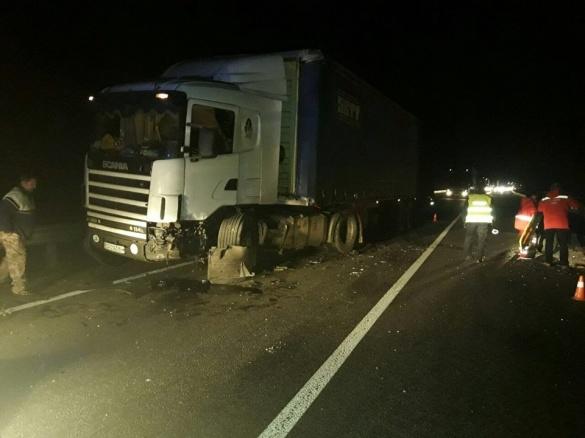 Зіткнення легковика та вантажівки на зустрічній: на черкаській дамбі сталася ДТП (ФОТО)