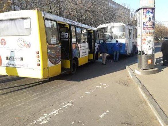 ДТП за участі тролейбуса та маршрутки сталася в Черкасах (ФОТО)
