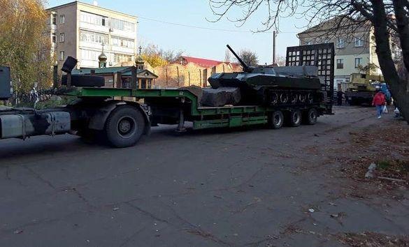 На площі в Черкасах встановлюють танк