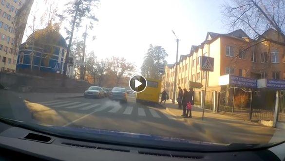 Черкащанка травмувалася через нетерплячого водія маршрутки (ВІДЕО)
