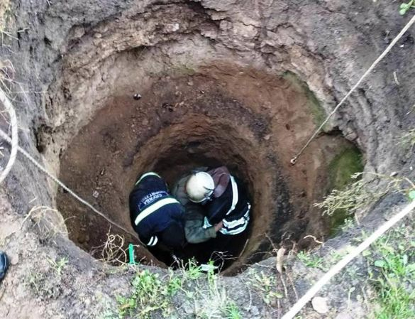 На Черкащині врятували пенсіонерку, яка впала до каналізаційної ями (ФОТО)