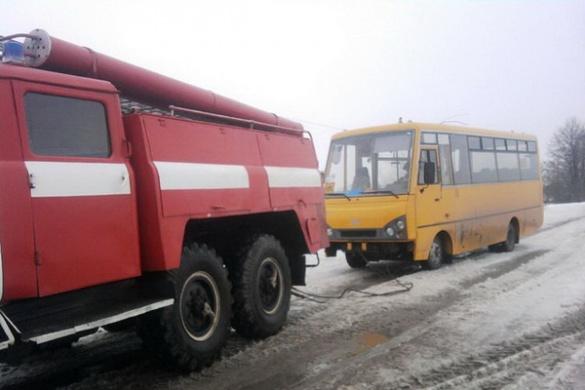 Автобус із пасажирами застряг через снігопад на Черкащині (ВІДЕО)