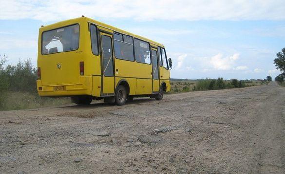 Через зруйновану дорогу село на Черкащині - в транспортній