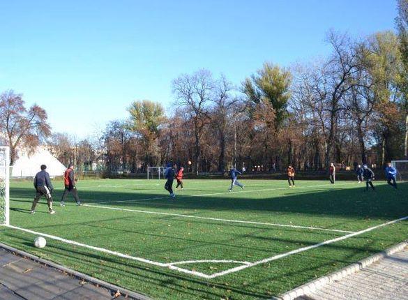 Футбольне поле на Центральному стадіоні Черкас модернізували розміткою (ФОТО)