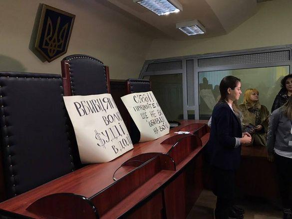 Прийшли до суду: підозрюваних у справі вбивства Сергієнка вимагають залишити під вартою (фотофакт)