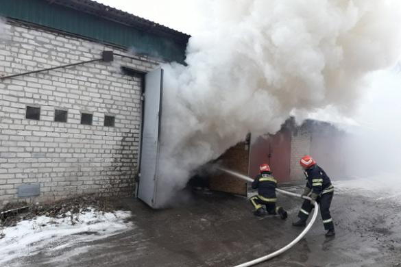 На Черкащині повністю згорів гараж разом із автівкою (ВІДЕО)