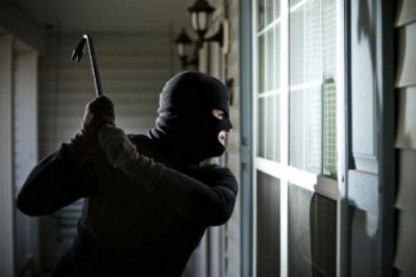 На Черкащині пенсіонер упізнав крадія, коли той тікав через вікно