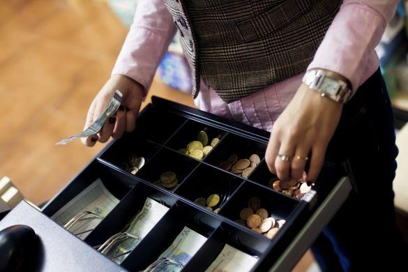 Викрала 60 тисяч гривень із каси: черкащанка збрехала поліції, щоб відвести підозру
