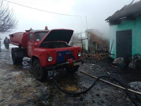 Залишилися без автівки: на Черкащині дотла згорів гараж (ВІДЕО)